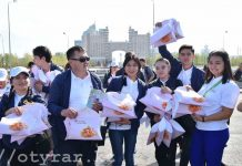 В преддверии праздника Курбан айт молодежь ЮКО угостила столичных жителей баурсаками
