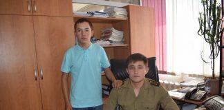 Сотрудник ДЧС со спасенным парнем