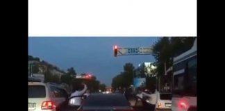 В Шымкенте молодые люди устроили танцы на светофоре