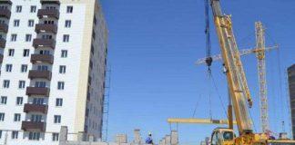 В микрорайоне Нурсат из окна выпал строитель