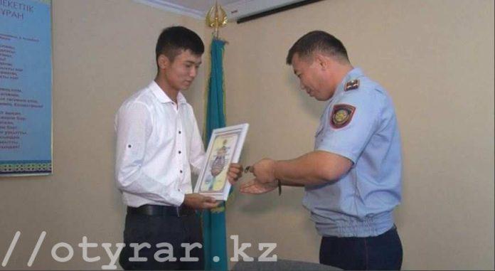 В Сайрамском районе полицейские наградили парня