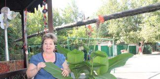 Женщина возле цветка