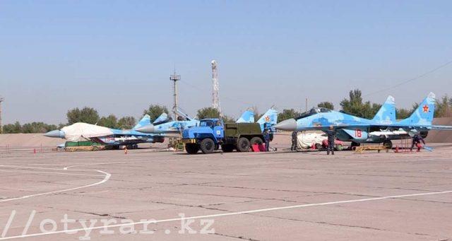 В Шымкенте прошли боевые учебные вылеты истребителей и вертолетов