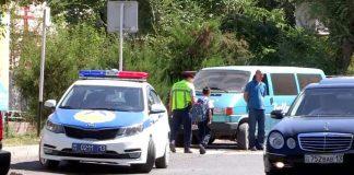 Сотрудники МПС Шымкента штрафуют нарушителей правил парковки вблизи школ