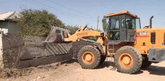 Ради хорошей дороги жители поселка Мартобе сами сносят незаконные постройки