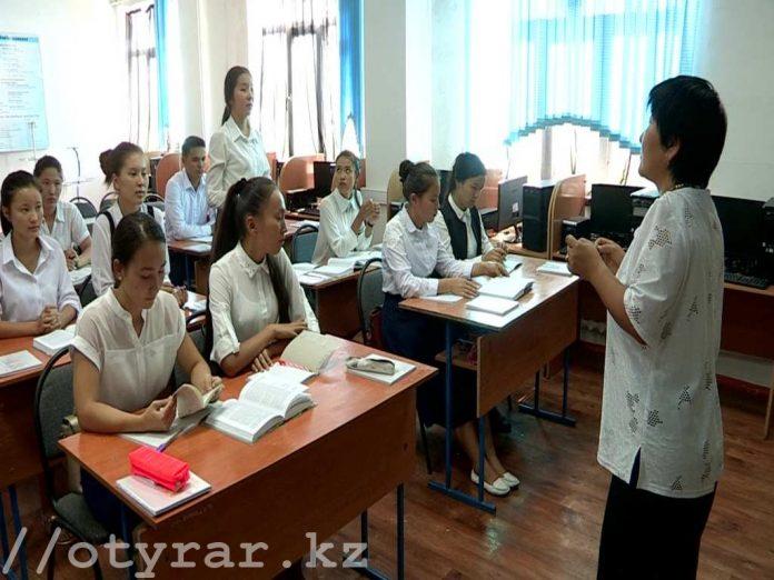 В восьми школах Шымкента школьники вынуждены заниматься в три смены