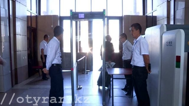 Пропуск пассажиров на вокзале Шымкента