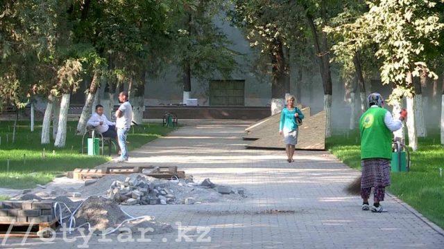 Строители доделывают дорожки в парке Металлургов