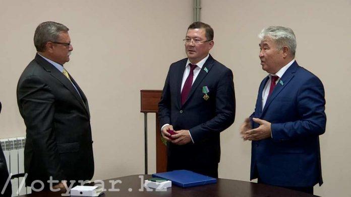 Награждение Нургазы Бухарбаева