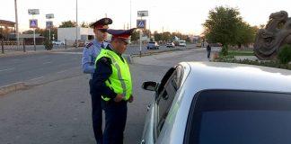 Полицейские Каратауского района во время рейда