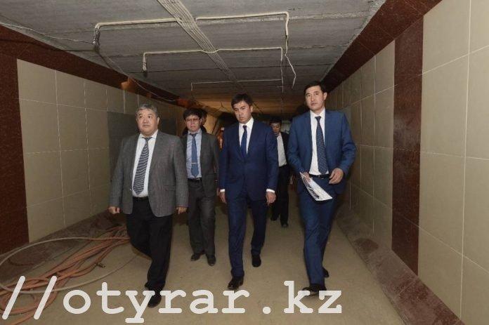 Аким Шымкента в подземном переходе