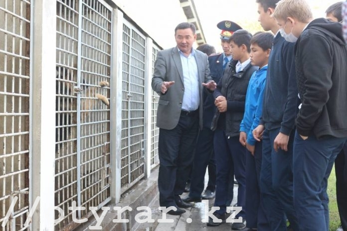 В Шымкенте полицейские рассказали школьникам о работе кинологической службы