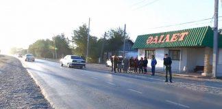 Жители шымкентского микрорайона Жанаталап забаррикадировали собой дорогу