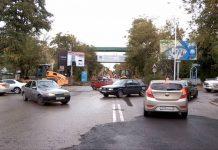 Новое дорожное полотно по улице Байтурсынова в Шымкенте трещит по швам