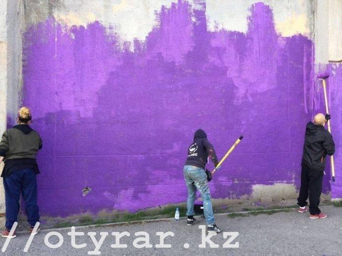 Французские художники - граффитисты расписывают стены ИЧ 167/3 в Шымкенте