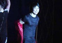 Кайрат Нуртас снял с себя пиджак во время концерта в Шымкенте и надел на плечи юному поклоннику
