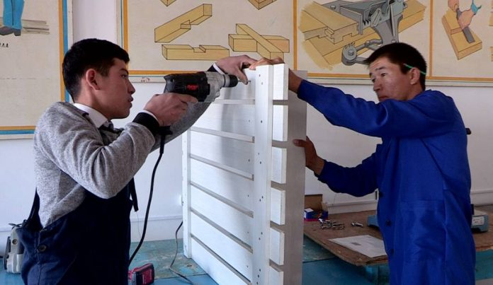 Студенты колледжа работают вместе с мастерами