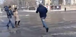 Летящий через дорогу мужчина