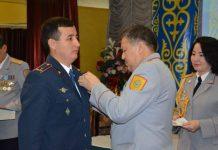 Полицейского в Шымкенте наградили медалью