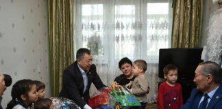 Жансеит Туймебаев отметил праздник в окружении малышей из многодетной семьи