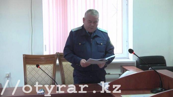 Прокурор зачитывает обвинение
