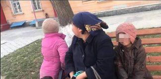 Женщина с 4-мя детьми, которую бросил муж, просит милостыню в Шымкенте