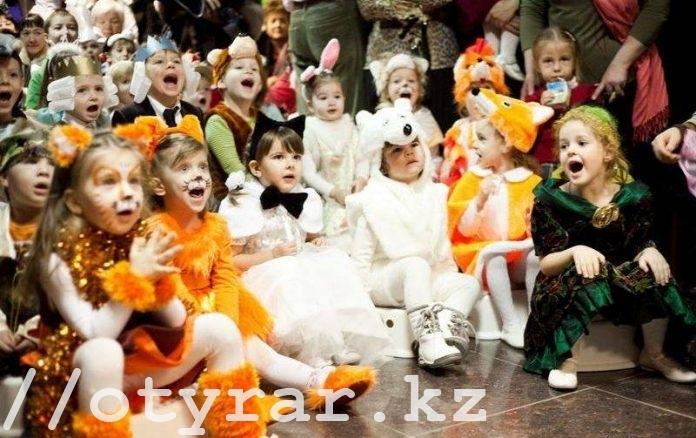 Дети празднуют Новый год