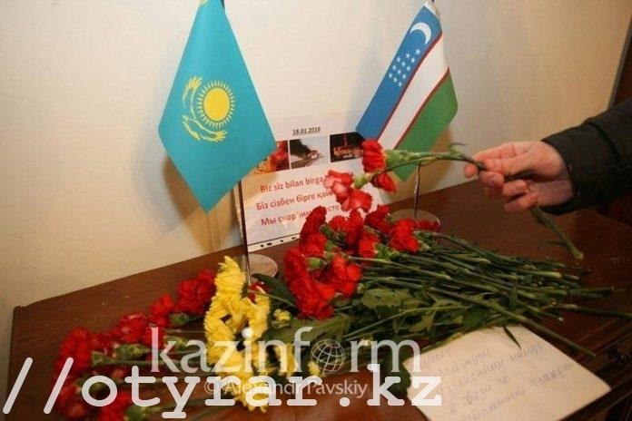 Алматинцы несут цветы в посольство Узбекистана