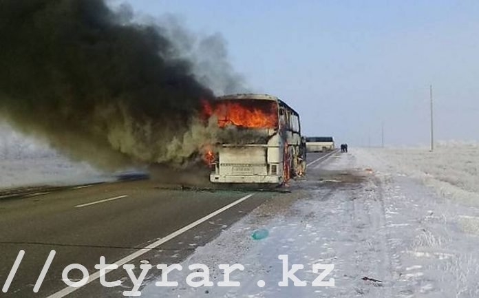 Горящий автобус на трассе