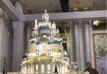 Ренат Акзамов с тортом в Шымкенте