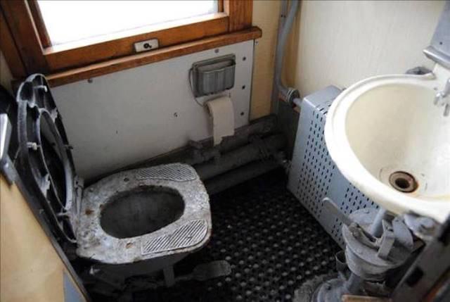 Ужасающие туалеты, вонь и грязь: Пользователи Казнета возмущены состоянием пассажирских поездов
