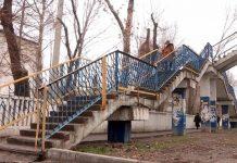 В Шымкенте рассыпается надземный переход по улице Байтурсынова