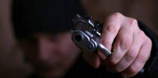 Грабитель с оружием