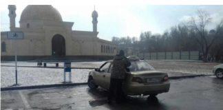 Таксист возит людей на намаз бесплатно в Шымкенте