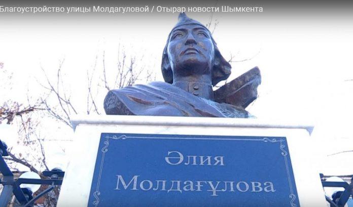 Памятник Алие Молдагуловой в Шымкенте
