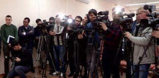 Журналисты., собравшиеся на брифинге