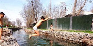 Дети в Шымкенте купаются в речке