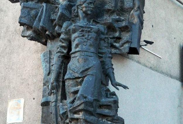 Памятник Мельникайте в Тюмени