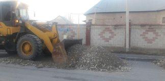 Рабочие заделывают провалы на улице Асфендиярова