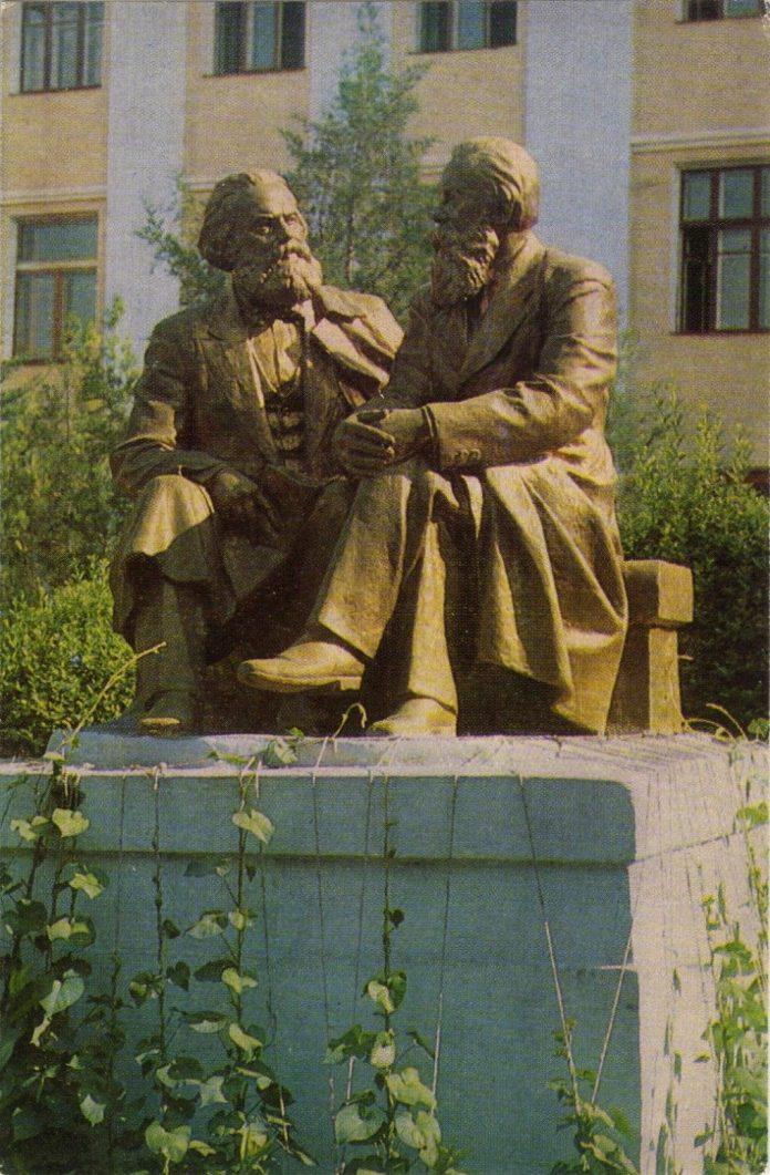 Памятник Карлу Марксу и Фридриху Энгельсу в Чимкенте
