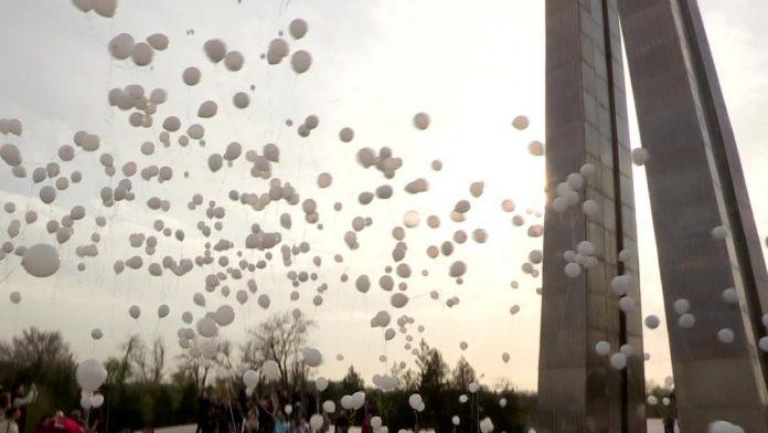 В Шымкенте запустили тысячи белых шаров в память о погибших в Кемерове