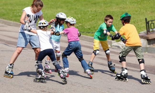 Дети катаются на роликах