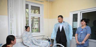Аким ЮКО ознакомился с состоянием пациентов отравившихся мороженным