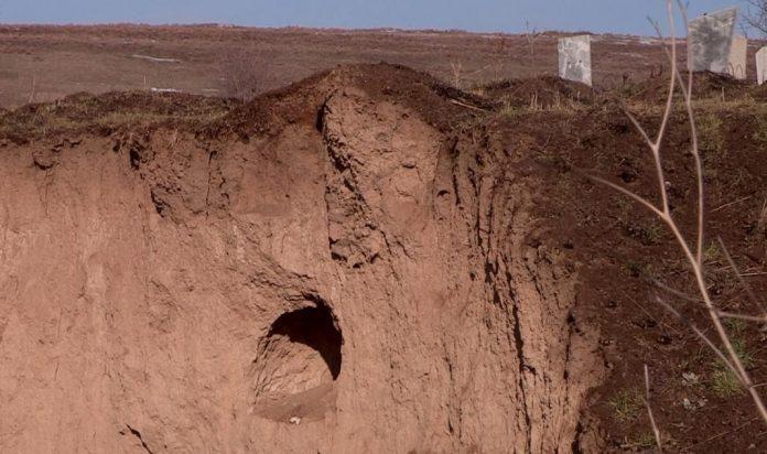 Из-за размыва грунта на кладбище в селе Зертас Толебийского района ЮКО останки 25 тел решено перезахоронить