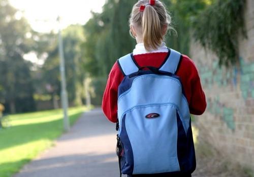 девочка стоит спиной