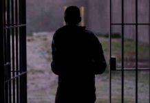 Человек выходят из тюрьмы