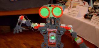 """Робот, которого собрали шымкентские школьники, танцует """"Кара жорга"""""""