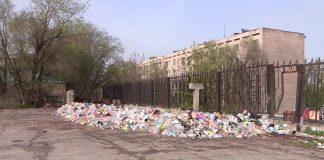 Территория ЖД вокзала Шымкента превращается в мусорную свалку