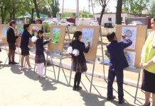 ученики рисуют
