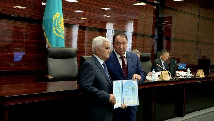 16 южноказахстанцев отмечены за заслуги почетными грамотами ЮКО
